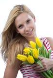 Mujer con el ramo amarillo de los tulipanes del resorte de las flores Imagen de archivo libre de regalías
