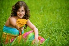 Mujer con el ramo de amarillo Foto de archivo libre de regalías