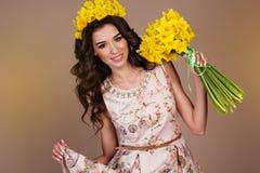 Mujer con el ramo de flores amarillas Foto de archivo libre de regalías