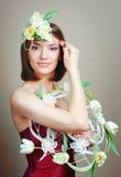 Mujer con el ramo de los tulipanes de sonrisa de las flores Imagenes de archivo