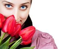 Mujer con el ramo de los tulipanes del rad Imágenes de archivo libres de regalías