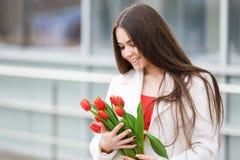 Mujer con el ramo de tulipanes Imágenes de archivo libres de regalías