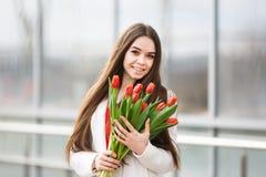 Mujer con el ramo de tulipanes Imagen de archivo