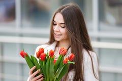 Mujer con el ramo de tulipanes Fotos de archivo