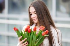 Mujer con el ramo de tulipanes Foto de archivo libre de regalías