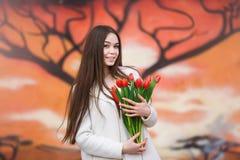 Mujer con el ramo de tulipanes Imagenes de archivo