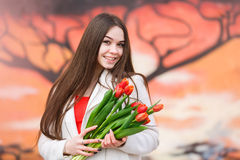 Mujer con el ramo de tulipanes Imagen de archivo libre de regalías