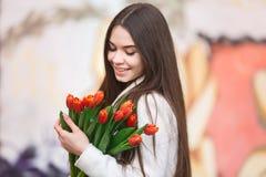 Mujer con el ramo de tulipanes Fotografía de archivo