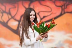 Mujer con el ramo de tulipanes Fotos de archivo libres de regalías