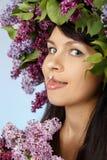 Mujer con el ramo y la guirnalda de la lila como estilo de pelo de las flores Foto de archivo