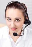 Mujer con el receptor de cabeza sobre el fondo blanco Imagen de archivo libre de regalías