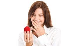 Mujer con el rectángulo con el anillo de compromiso Fotos de archivo