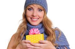 Mujer con el rectángulo de regalo Imagen de archivo