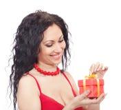 Mujer con el rectángulo de regalo Imágenes de archivo libres de regalías