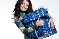 Mujer con el rectángulo de regalo Imagen de archivo libre de regalías