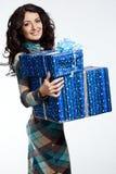 Mujer con el rectángulo de regalo Fotos de archivo libres de regalías