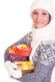 Mujer con el rectángulo de regalo de la Navidad Fotos de archivo libres de regalías