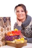 Mujer con el rectángulo de regalo de la Navidad Foto de archivo libre de regalías