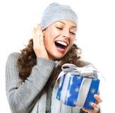Mujer con el rectángulo de regalo de la Navidad Imágenes de archivo libres de regalías