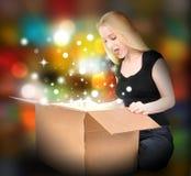 Mujer con el rectángulo del presente del regalo Imágenes de archivo libres de regalías