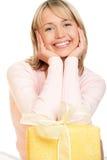 Mujer con el regalo imagen de archivo