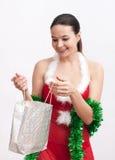 Mujer con el regalo de la Navidad Fotografía de archivo libre de regalías