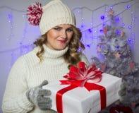 Mujer con el regalo de la Navidad Imágenes de archivo libres de regalías