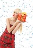 Mujer con el regalo de la Navidad. Escamas de la nieve Imágenes de archivo libres de regalías