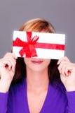 Mujer con el regalo de la tarjeta de la cupón de la prima imágenes de archivo libres de regalías