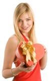 Mujer con el regalo del corazón Imagenes de archivo