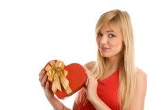 Mujer con el regalo del corazón Fotografía de archivo