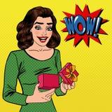 Mujer con el regalo Mujer emocionada con el presente Estallido Art Banner Foto de archivo libre de regalías