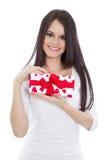 Mujer con el regalo rojo del corazón Imagen de archivo libre de regalías