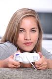 Mujer con el regulador del videojuego Imagenes de archivo