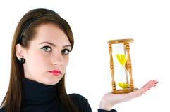 Mujer con el reloj de arena aislado Fotos de archivo