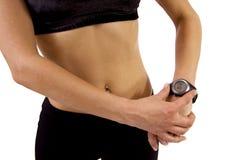 Mujer con el reloj del GPS Imagen de archivo