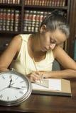 Mujer con el reloj - vertical Imagen de archivo