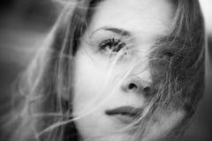 Mujer con el retrato del bw del concepto del pelo que agita Foto de archivo libre de regalías