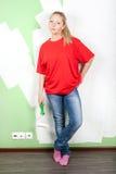 Mujer con el rodillo de pintura a disposición Foto de archivo libre de regalías