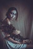Mujer con el rostro creativo, luz suave Imagen de archivo