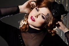 Mujer con el rostro del arte - burlesque Imagen de archivo libre de regalías