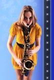 Mujer con el saxofón. Fotografía de archivo libre de regalías