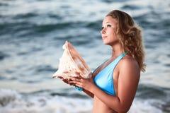 Mujer con el seashell Fotografía de archivo