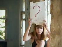 Mujer con el signo de interrogación Imagen de archivo libre de regalías