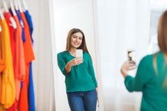 Mujer con el smartphone que toma el selfie del espejo en casa Fotos de archivo libres de regalías