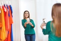 Mujer con el smartphone que toma el selfie del espejo en casa Imágenes de archivo libres de regalías