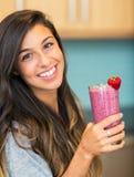 Mujer con el smoothie de la fruta Imagen de archivo libre de regalías