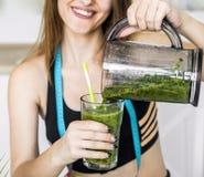 Mujer con el smoothie verde Fotografía de archivo