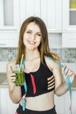 Mujer con el smoothie verde Fotos de archivo libres de regalías