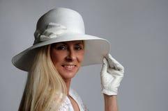 Mujer con el sombrero blanco Imagen de archivo libre de regalías